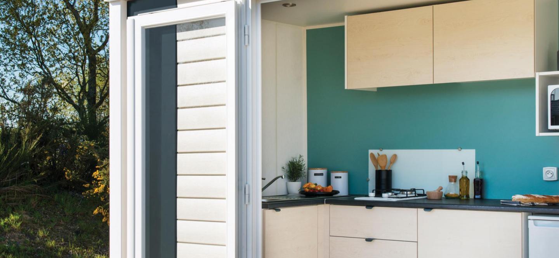 Mobil home avec cuisine ouvert sur la terrasse